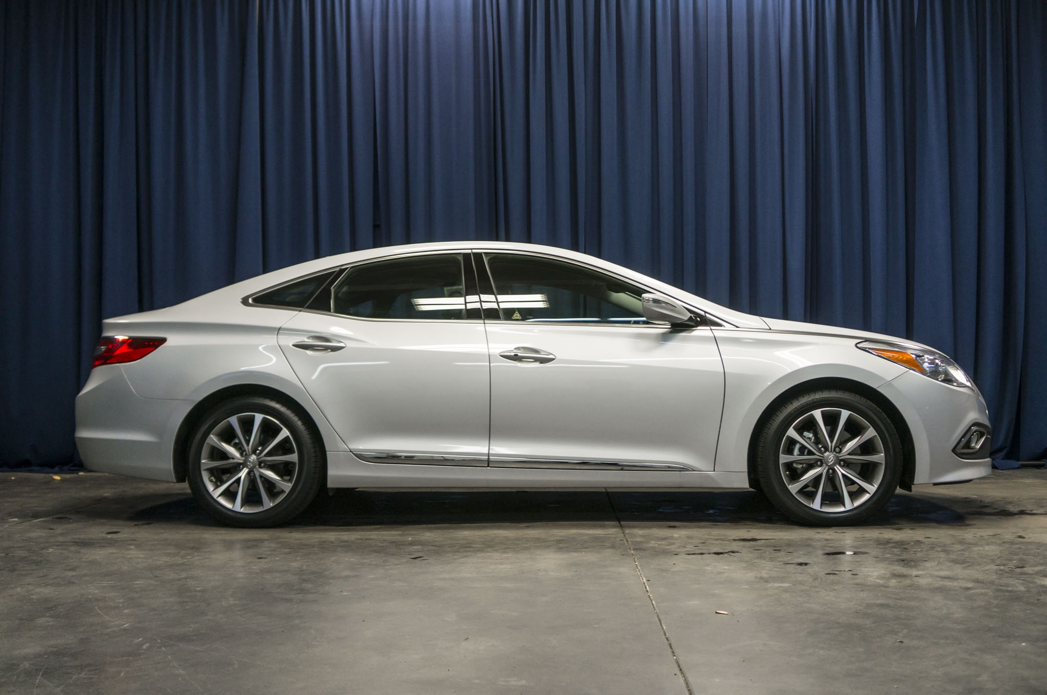 for sedan azera h new los at large all auto news angeles hyundai show family sale bows