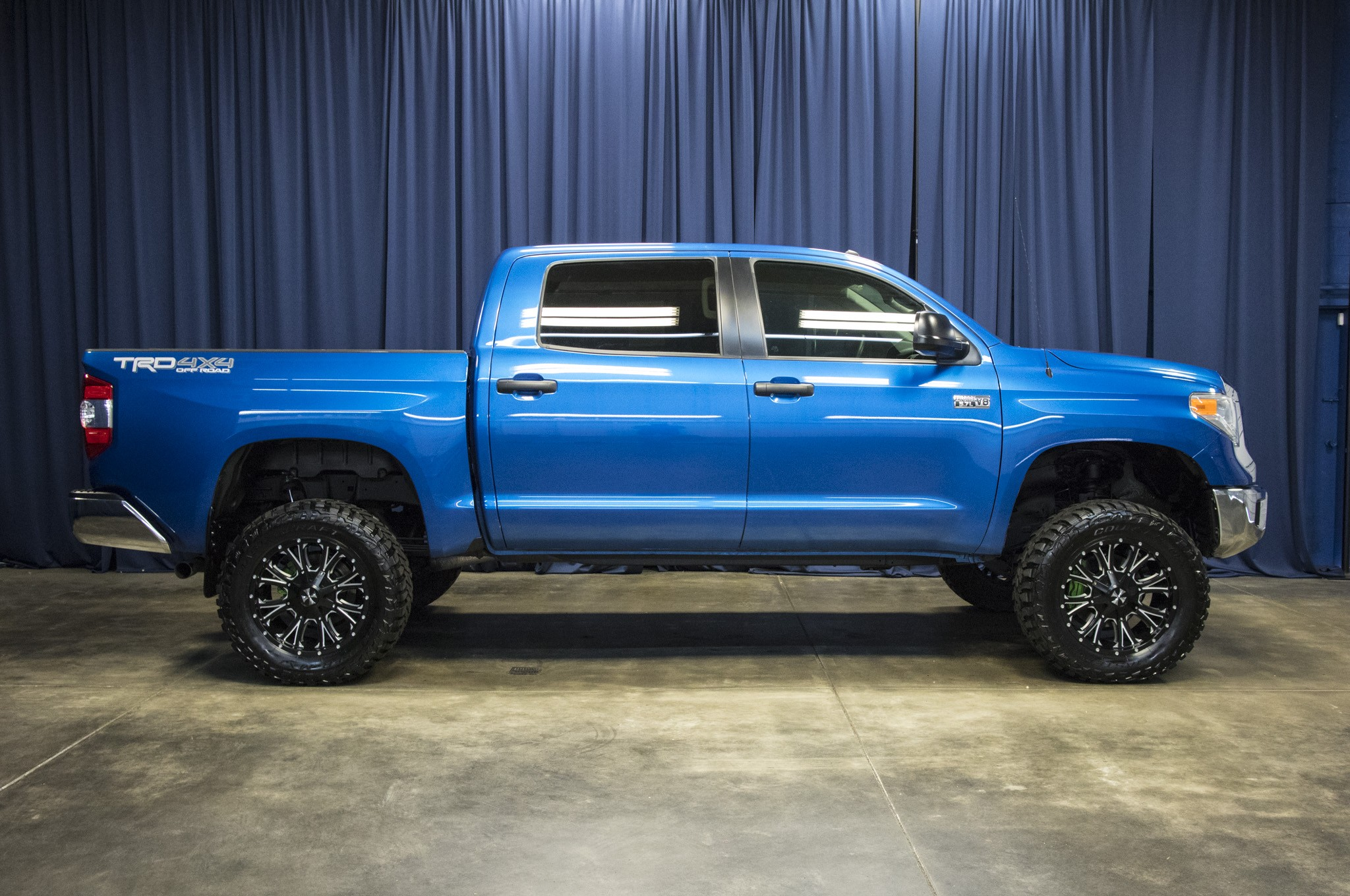 used lifted 2016 toyota tundra sr5 trd 4x4 truck for sale 42684. Black Bedroom Furniture Sets. Home Design Ideas
